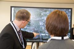FGVT Mitarbeiter  erklärt den Versuchsaufbau