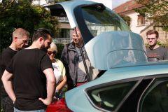 FGVT Mitarbeiter zeigt die ITS Ausrüstung des Testfahrzeugs